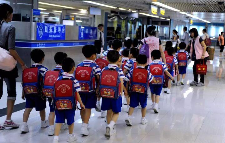 跨境学童不得不5点起床上学,这些中产家庭为什么选择把孩子生在香港?